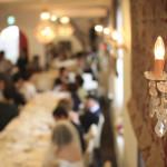親しい人と楽しく食事を囲むレストランウエディングプラン