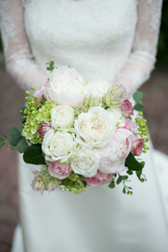 花嫁の写真とブーケ